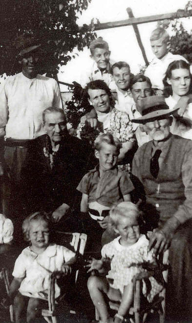 Pa met sy ouma en oupa en broers en susters Father with  his grandmother and grandfather and bothers and sisters